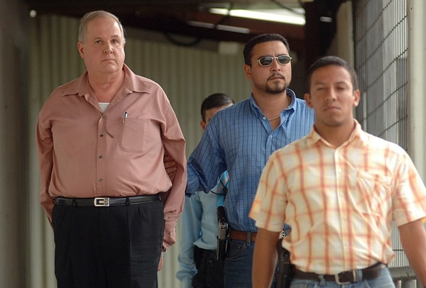 El 19 de junio del 2008, oficiales del OIJ custodiaron a Luis Milanés cuando ingresó por el aeropuerto Juan Santamaría, en Alajuela. Venía de El Salvador donde lo apresaron luego de seis años de fuga. Foto de Eyleen Vargas.