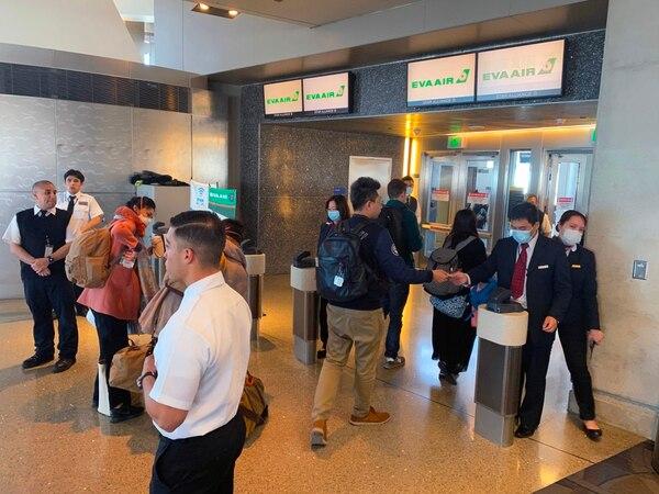 Empleados de la empresa EVA Air en el aeropuerto internacional de Los Ángeles, California. usaban mascarilas para prevenir el contagio del coronavirus covid-19, este miércoles 12 de febrero del 2020.