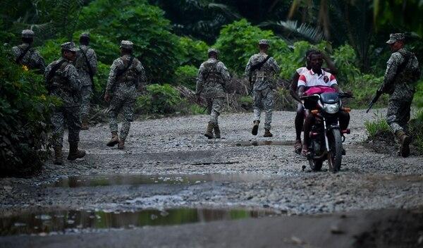 Militares colombianos vigilan el río Mira en el municipio de Tumaco, en el departamento colombiano de Nariño, cerca de la frontera con Ecuador, el 15 de abril del 2018. Foto: Agencia AFP