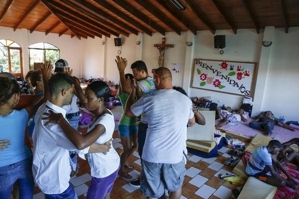El primer grupo de cubanos que ingresó al país con una visa temporal de tránsito lleva ya varado en el país casi dos meses, la mayoría en La Cruz de Guanacaste.