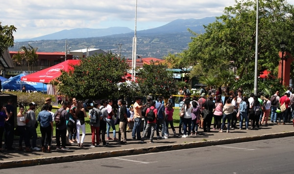 Reducir el desempleo es uno de los grandes retos del próximo equipo económicos. En noviembre pasado, muchas personas llegaron al Parque de Coronado a participar en una feria de empleo organizada por la Municipalidad del cantón. Fotografia: Graciela Solis