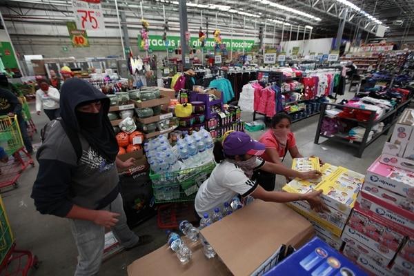 La violencia muestra varias formas de expresión en México. El pasado sábado 25 de octubre, jóvenes con el rostro cubierto saqueron una tienda por departamentos en la ciudad de Chilpancingo, en Guerrero.   EFE
