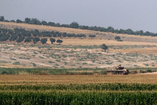 Un tanque turco sostiene cuida su posición cerca de la frontera con Siria, tal y como se ve desde el poblado de Elbeyi.