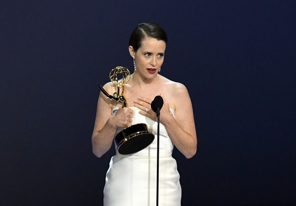 Claire Foy, protagonista de la serie de Netflix, 'The Crown', venció sorpresivamente a Elisabeth Moss, de El cuento de la criada, en la categoría de Mejor actriz principal en drama. Fotografía: AFP