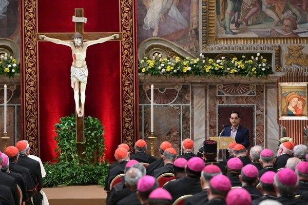 Chileno víctima de abuso sexual dando su testimonio ante la cúpula de la Iglesia católica.