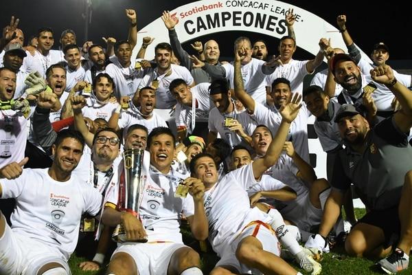 Los jugadores del Herediano celebran con su trofeo de campeones de Liga Concacaf. Foto: AFP