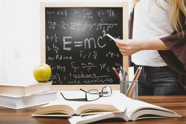 """74% de docentes """"ve la lectura como una práctica obligatoria, poco relacionada con el gusto y el placer"""", según Estado de la Educación (2019)."""