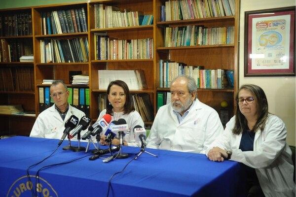 De izquierda a derecha: el doctor Juan Luis Segura, jefe de neurocirugía del Hospital Nacional de Niños, Olga Arguedas, directora del hospital, Jaime Cortés, jefe de cirugía y Cinthia Mora, jefa de cirugía reconstructiva.