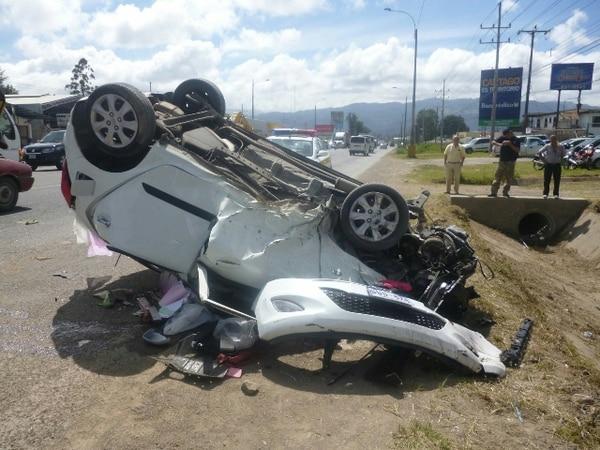 El auto de la mujer embarazada quedó destruido. | JORGE CALDERÓN