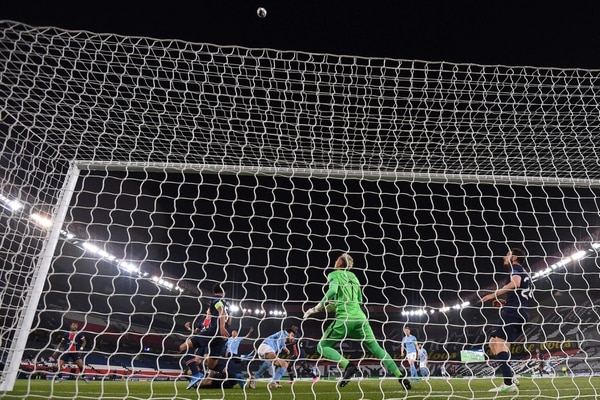 Paris Saint-Germain's Costa Rican goalkeeper Keylor Navas eyes the ball during the UEFA Champions League first leg semi-final football match between Paris Saint-Germain (PSG) and Manchester City at the Parc des Princes stadium in Paris on April 28, 2021. (Photo by Anne-Christine POUJOULAT / AFP)