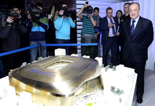 El presidente merengue, Florentino Pérez, observando el diseño del nuevo estadio.