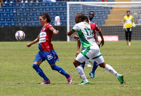 Kevin Vega y Steven Calderón disputan la pelota en el juego de Cartaginés y Limón FC