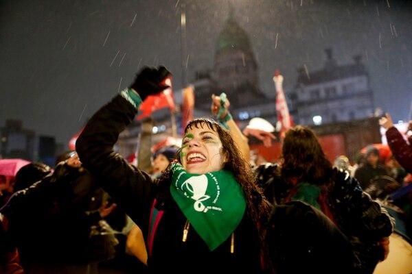 Mujeres que apoyan la despenalización del aborto protestaron bajo la lluvia en las afueras del Congreso, la madrugada del 9 de agosto del 2018. Foto: AP