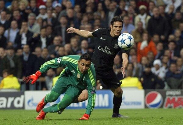 Keylor Navas tuvo que achicarle en una jugada al uruguayo Edinson Cavani. El meta nacional tuvo un partido intenso ante los franceses. | AFP