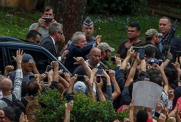 El expresidente de Brasil, Luiz Inácio Lula da Silva, es escoltado por las fuerzas de seguridad al llegar al cementerio Jardim da Colina, en Sao Bernardo do Campo, Sao Paulo, Brasil, después de dejar la sede de la Policía Federal en Curitiba. Foto: AFP