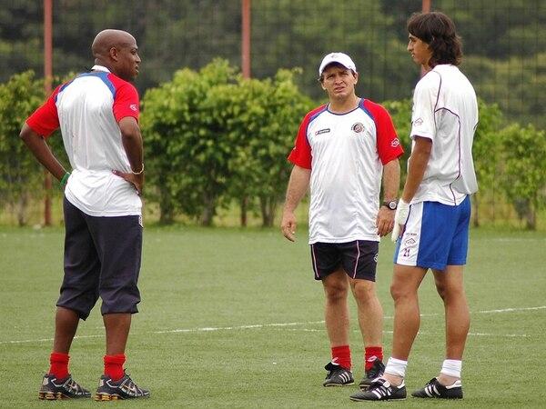 Óscar Ramírez (centro) ya dirigió a Bryan Ruiz como asistente del técnico Hernán Medford.   ARCHIVO.