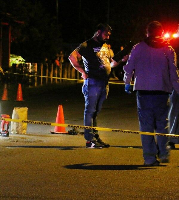 Agentes del OIJ de Pococí se encargaron de recoger las evidencias en el sitio del asesinato, en San Gerardo de Ticabán, en La Rita de Pococí. Foto: Reiner Montero