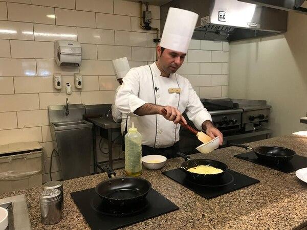 Aarón Cortés es cocinero A en el Hotel Dreams Las Mareas.