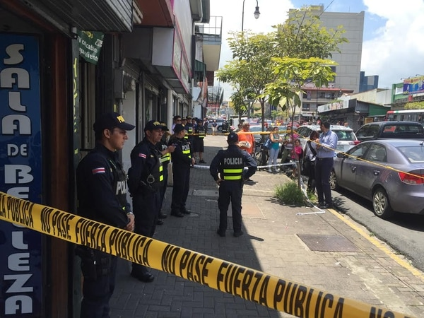 El hotel en la avenida segunda tiene unas 15 habitaciones. La Fuerza Pública aseguró la escena para que el OIJ recolectara los indicios del caso.