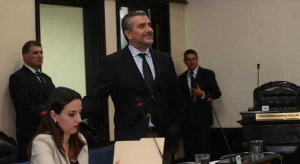 El diputado Otto Guevara inició el lunes la defensa de sus 207 mociones de reiteración con las que intenta modificar el fondo del proyecto de ley para revivir el impuesto a las sociedades.