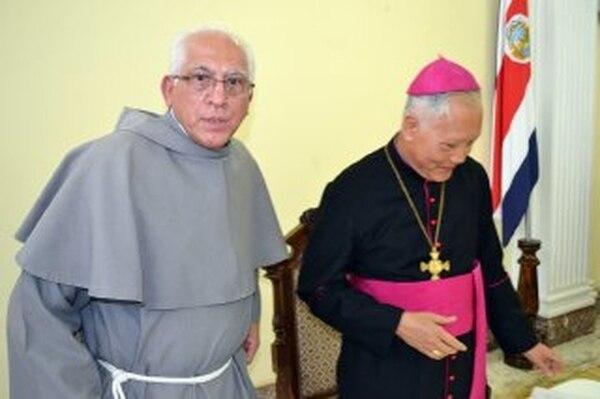 Fray Gabriel Enrique Montero (izq.) es el nuevo obispo de San Isidro de El General. El nuncio en Costa Rica, Pierre Nguyen, lo presentó el pasado 24 de diciembre.