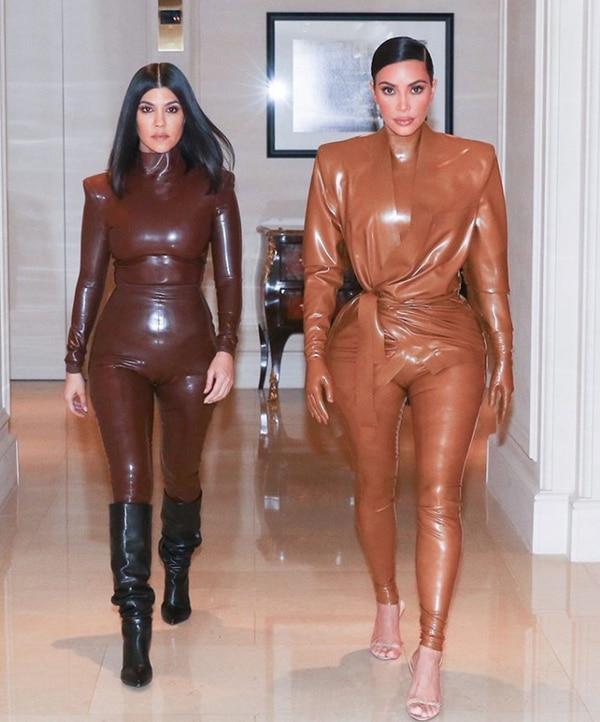 Como siempre las hermanas Kardashian dando ejemplo de buen gusto y moda. Kourtney y Kim, las mayores del clan, compartieron la imagen donde confirman que los buenos genes de su familia no se niegan. En el posteo Kourt escribió: 'Yo soy chocolate y tú caramelo'. Foto: Instagram.