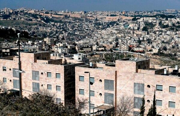 Desde el barrio palestino de Jabal Mukaber, en Jerusalén Este, se puede apreciar el asentamiento israelí de Nof Zion (fondo) y la Ciudad Vieja.