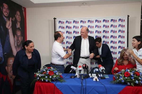 Rodolfo Piza (al centro) y su jefe de campaña y diputado, Johnny Leiva (camiseta blanca), a quien se le ha relacionado con Juan Carlos Bolaños.