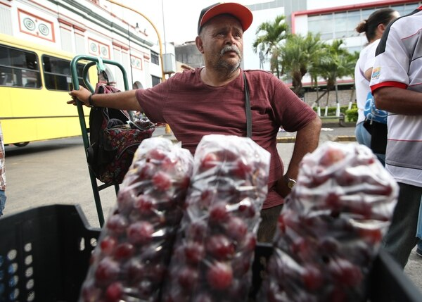 Franklin Jimenez asegura que por su edad sufre constantemente el decomiso de las frutas que vende ya que no puede