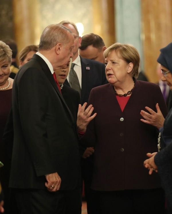 Recep Tayyip Erdogan, presidente de Turquía, conversó este martes 3 de diciembre del 2019 con la canciller de Alemania, Ángela Merkel, en el palacio de Buckingham, en Londres.