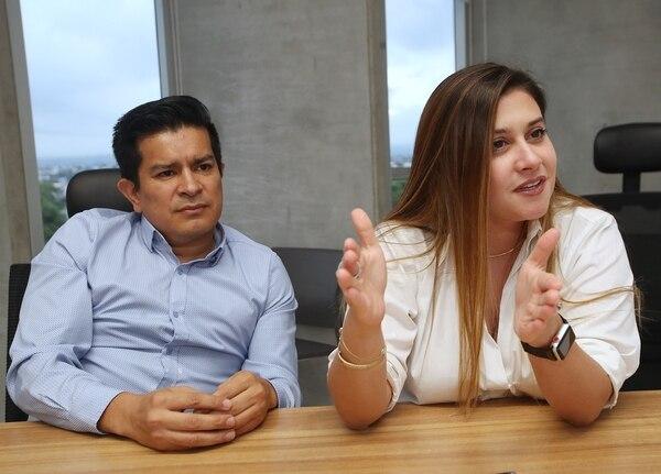 El comisionado Víctor Pérez y la presidenta de la Coprocom actual, Mariana Castro, explicaron que luego de la publicación de la ley el Consejo de Gobierno tiene hasta nueve meses para nombrar a los nuevos miembros. Foto: John Durán