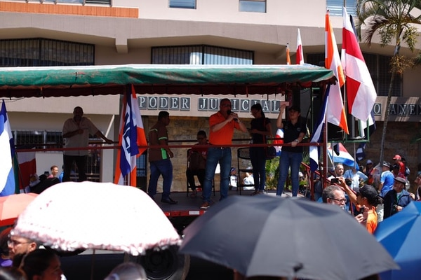 Con música y mascaradas, los sindicatos llamaron a no deponer la huelga. Foto: José Cordero.