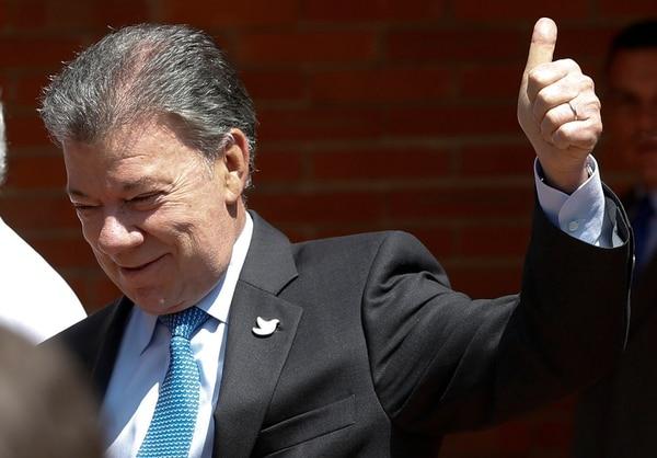 El presidente Juan Manuel Santos saludó a los periodistas tras comparacer, el lunes, en una conferencia de prensa en la Clínica San Fe, en Bogotá.