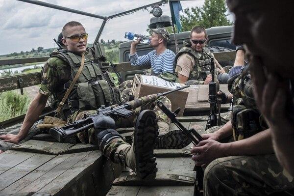 Un grupo de soldados ucranianos viajan en un camión cerca de Slaviansk. Ucrania insistió que no habría un alto al fuego o negociaciones antes de que los separaristas prorrusos del este del país renuncien a las armas.