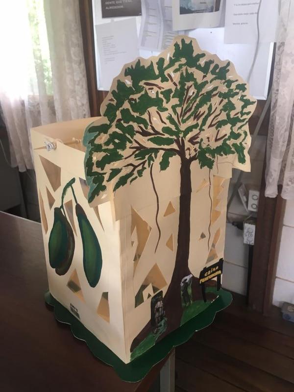 El árbol de ceiba es uno de los más altos que se encuentran en Costa Rica y este farol no solo muestra su tronco y copa sino que también su fruto y hojas.