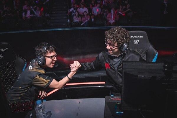 Equipo tico Infinity eSports dejó buena impresión en mundial de videojuegos en Corea. En la imagen Cotopaco y Renyu celebran el triunfo ante el conjunto chino Edward Gaming.