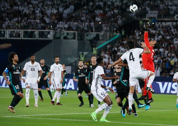 Keylor Navas intenta despejar un centro del Al- Jazira en el duelo semifinal del Mundial de Clubes. Foto: AP