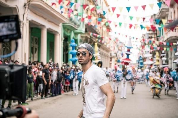 Enrique Iglesias usó en el vídeo la misma camiseta con la que sufrió el accidente del dron, misma que fue reproducida y puesta a la venta para generar fondos y apoyar la causa de Save The Children.