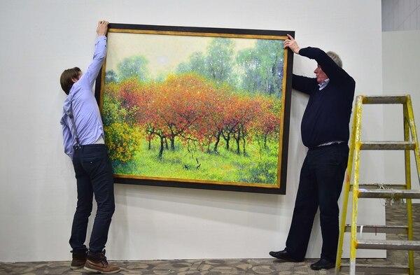 El inversionista holandés Frans Broersen (derecha) cree que en un futuro próximo se abrirá el mercado del arte norcoreano.