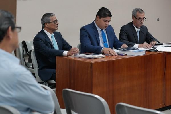 Juicio en contra de Jorge Chavarría, exfiscal de la República. Lo acompañan los abogados Jorge Urey Solano (centro) y Primo Chacón. Foto Jeffrey Zamora