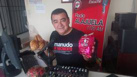 Locutor de radio enfrenta la crisis con venta de legumbres y natillas que impulsan sus oyentes