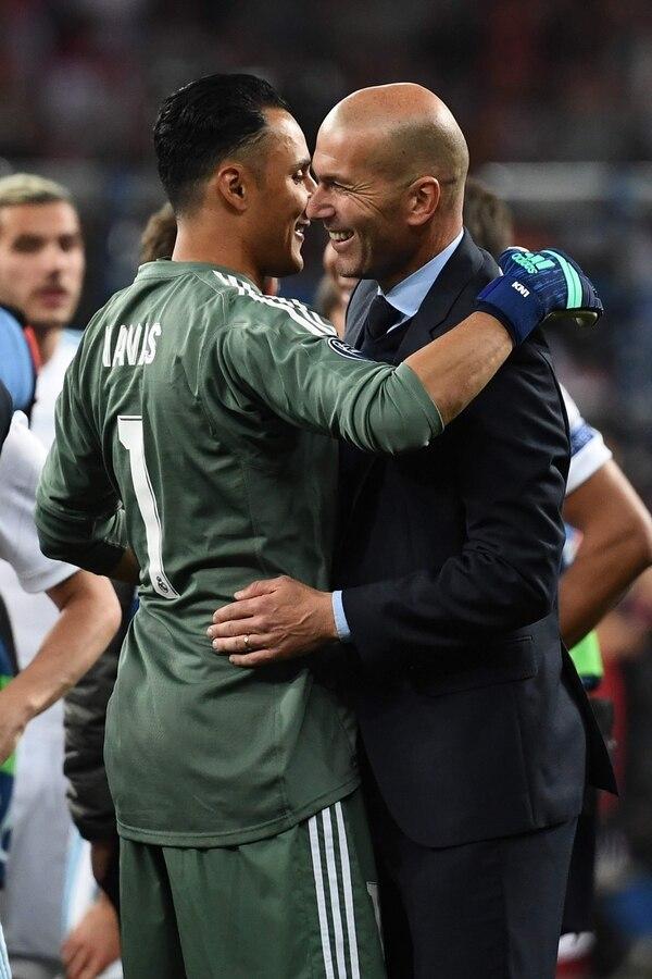 Keylor Navas y Zidane se abrazan tras lograr ganar la tercera Champions consecutiva del Real Madrid. Foto: AFP