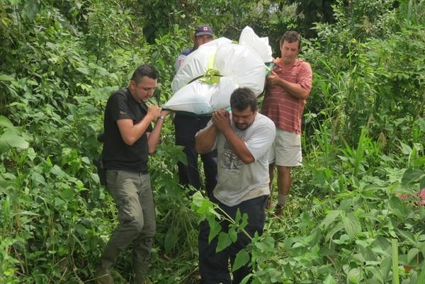 Amigos extrajeron el cuerpo de Vargas del cauce. | CARLOS HERNÁNDEZ