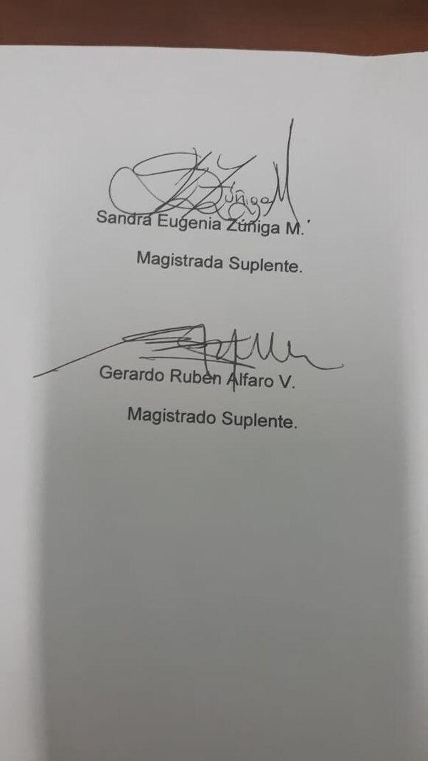 Firmas de Sandra Zúñiga y Gerardo Alfaro en la orden de allanamiento al despacho de Floria Segreda. Foto: Aarón Sequeira.