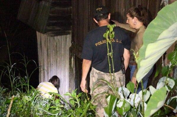Las autoridades judiciales y de Fuerza Pública levantaron indicios en la vivienda de madera donde ocurrió el hecho de sangre.