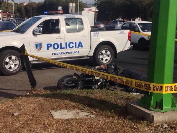 Al parecer, el motociclista intentó adelantar un tráiler, pero en la maniobra cayó en la parte trasera del vehículo pesado.