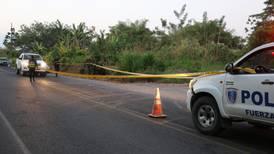 Asesinos prenden fuego a mujer y a moto en la que viajaba en La Rita de Pococí
