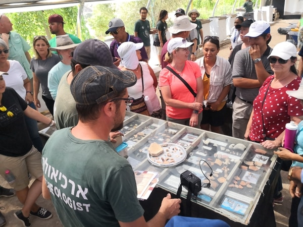Un grupo de arqueólogos se ha especializado en la clasificación de los remanentes encontrados en el Monte Moriá. Monedas, anillos y cerámica son parte de los objetos descubiertos. Foto: Jorge Arturo Mora