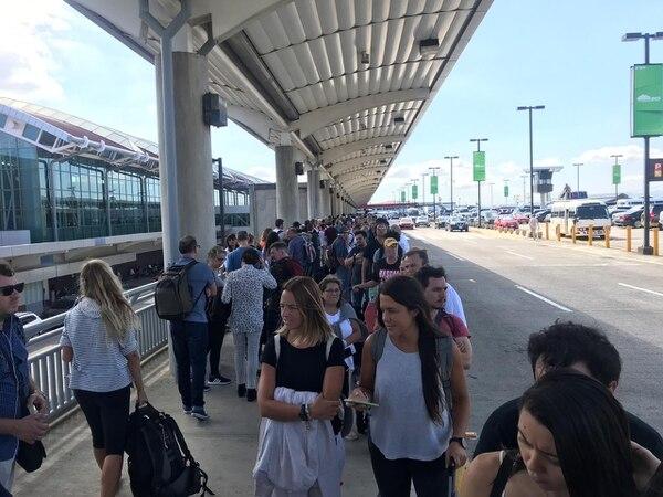 La fila en el Aeropuerto Juan Santamaría salió hasta la acera de la terminal. Foto: Yanancy Noguera.