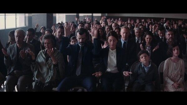 Juan Pablo Olyslager (de corbata, al centro) interpreta a Pablo, el protagonista de 'Temblores', dirigida por Jayro Bustamente. Foto: Cortesía Pacífica Grey.